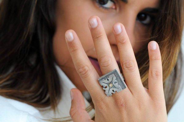 anillo plata brillante fragments mano