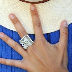 anillo plata esmeralda fragments mano