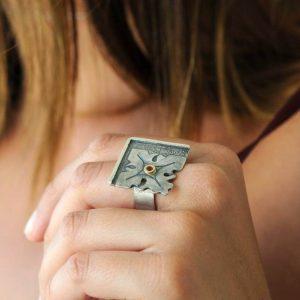 anillo plata rubi fragments mano